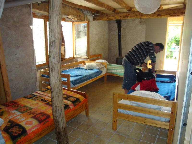 Herman maakt bed op in Gîte d\'étape et table d\'hôtes Emmanuel FALGON Le Monastier-sur-Gazeille