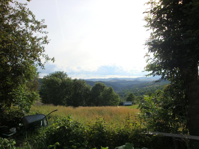 De Auvergne wacht op ons. Vanuit de tuin van Gîte d\'étape et table d\'hôtes Emmanuel FALGON Le Monastier-sur-Gazeille