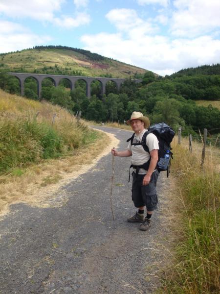 Peter voor het viaduc d\'Arquejol. Hierover kan je met de Vélo rail de Pradelles, een pomplorrie naar van Langogne naar Landos.