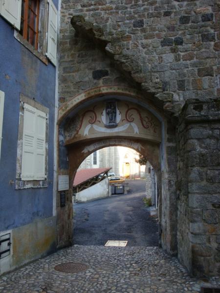 Le portail de la Verdette. Hier, op 10 maart 1588, redde Jeanne la Verde, bijgenaamd la Verdette, Pradelles door vanaf de trap boven de poort de helm van kapitein Jacques de Chambaud van het protestantse leger met een steen te pletten...