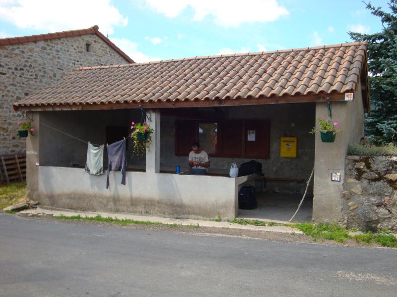 Herman doet het huishouden in de picknick abri in Saint-Flour-de-Mercoire.