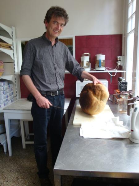 Philippe Papadimitriou heet mij hartelijk welkom in zijn Maison d\'hôtes l\'Etoile. Het zelfgebakken brood is net klaar!
