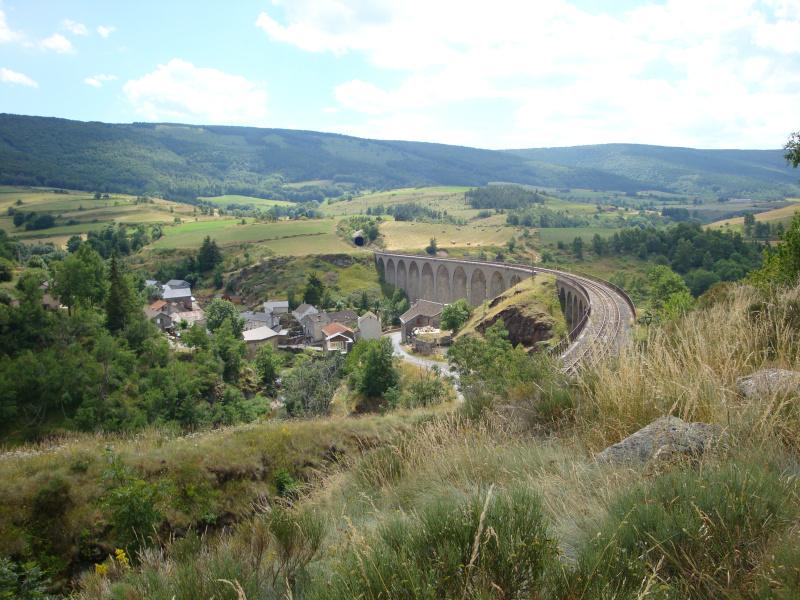uitzicht op het viaduct van Mirandol, onderdeel van de spporlijn van Monastier naar La Bastide-Saint-Laurent-les-Bains.