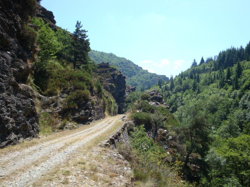 op het voormalige spoorlijntje langs de Mimente