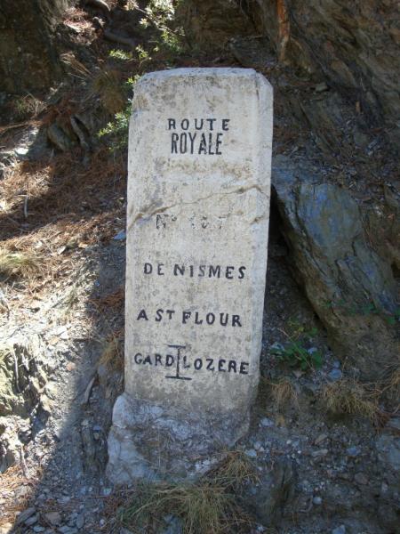 wegwijzer van de Route Royales de Nîmes a Saint Flour op de Col de Saint-Pierre