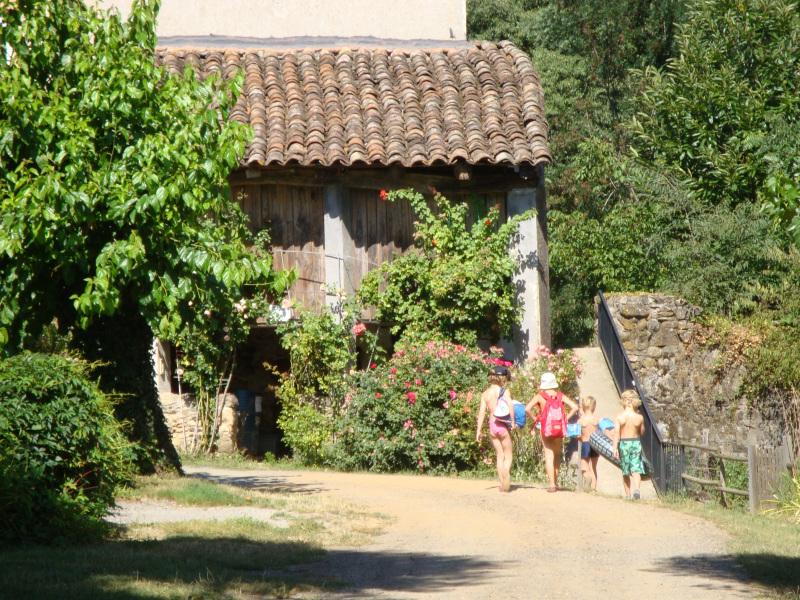 kinderen op weg naar het strandje van camoping La Vernède